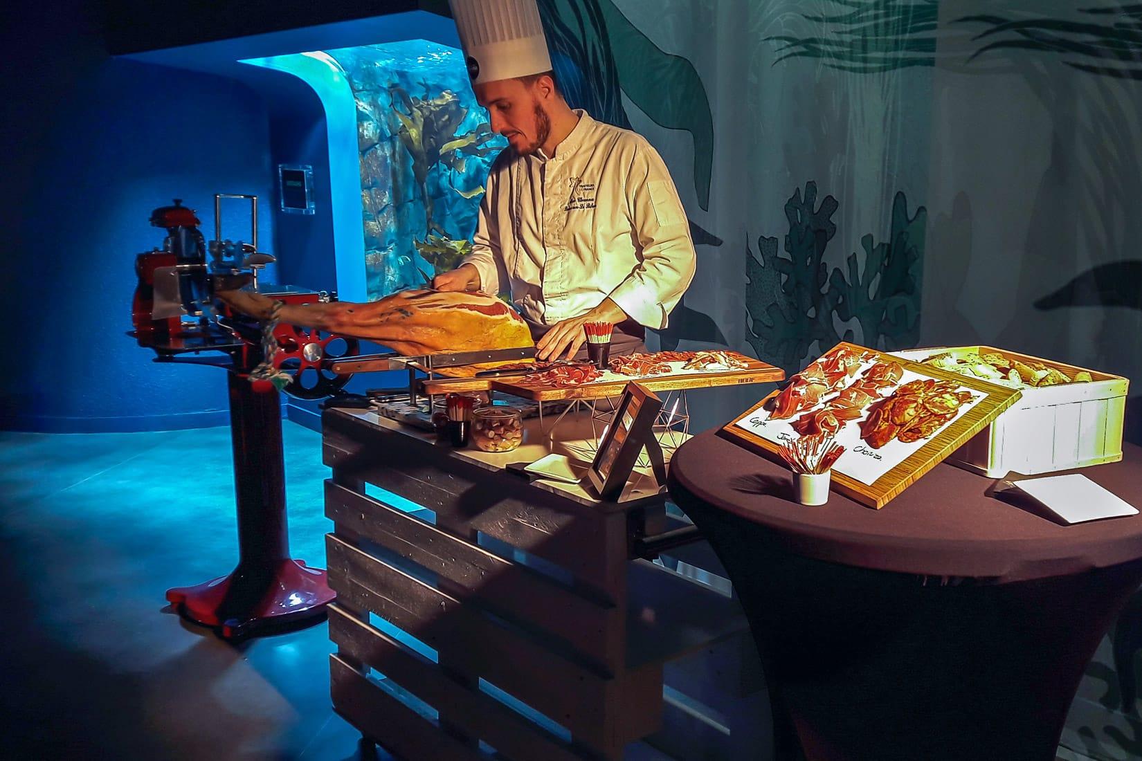 Animation culinaire devant le bassin des laminaires lors d'une soirée cocktail dans le pavillon Bretagne d'Océanopolis