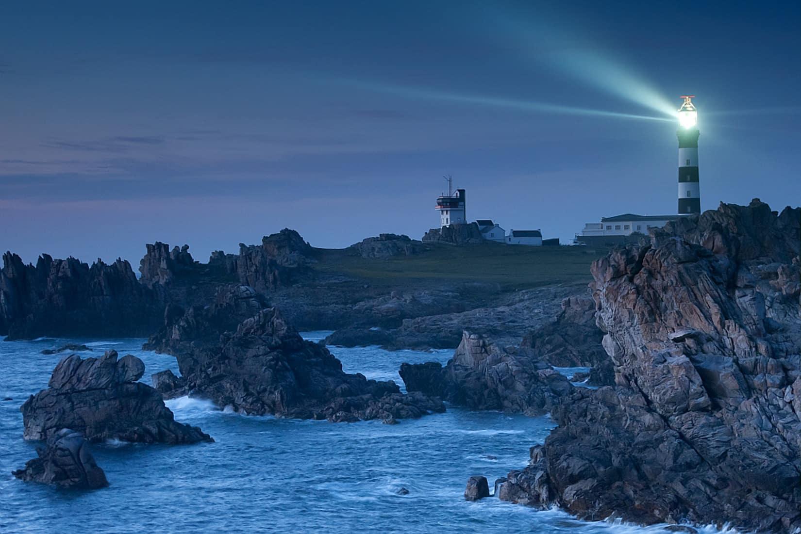 Vue sur l'île d'Ouessant et le phare du Creac'h de nuit © BERTHIER Emmanuel - CRTB